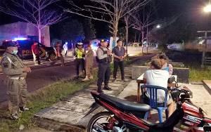 Polres Seruyan Patroli Malam Ingatkan Warga Laksanakan Social Distancing