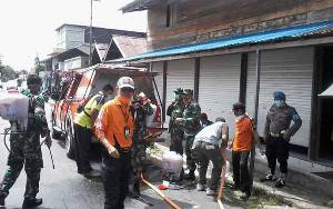 Kepala BPBD Katingan dan Perwira Penghubung 1015 Sampit Ikut Semprot Disinfektan di Pasar Kasongan Cegah Corona