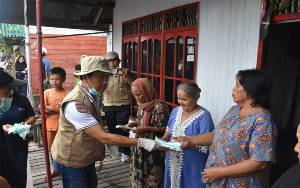 Pemkab Kapuas Bagikan Vitamin C dan Masker kepada Warga Desa Pulau Telo Baru