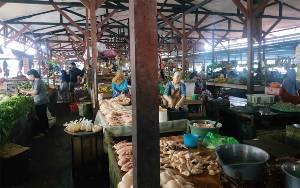 Pedagang Pasar Saik Kuala Pembuang Dukung Penyemprotan Disinpektan