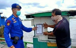 Satpolair Polres Kapuas Pasang Maklumat di Feri Penyeberangan Cegah Covid-19