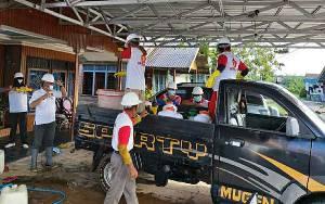 Anggota DPRD Kapuas Ini Inisiasi Penyemprotan Disinfektan pada Fasilitas Umum di Kecamatan Dadahup