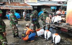 Anggota Kodim 1016 Palangka Raya Giat Penyemprotan Disinfektan di Pasar Besar