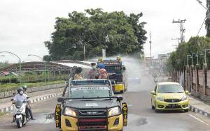 Polres Barito Selatan Semprot Disinfektan di Jalan Protokol Dalam Kota Buntok