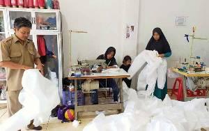 Melihat Sukarelawan Membuat APD Petugas Medis RSUD dr Murjani Sampit