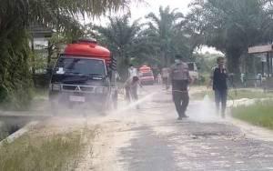 Bhabinkamtibmas Desa Sungai Tendang Bantu Semprot Disinfektan Rumah Warga