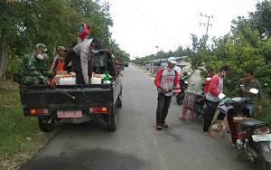 Personel Polsek Basarang Bantu Pembagian Sabun dan Tempat Cuci Tangan