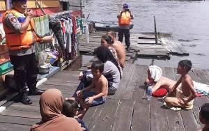 Cegah Covid-19, Satpolair Polres Kobar Sosilisasikan Maklumat Kapolri kepada Masyarakat di Bantaran Sungai Arut