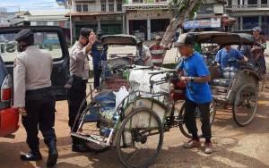 Polsek Dusun Tengah Bagi Sembako Untuk Tukang Becak Terdampak Covid-19