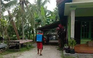 Warga Kelurahan Habaring Hurung Semprotkan Disinfektan Secara Mandiri