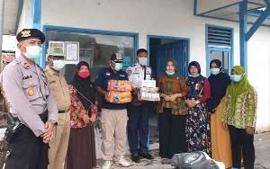TP PKK Sukamara Serahkan Bantuan Makanan Minuman untuk Petugas Lapangan