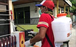 Persepun FC Bersama Fans Kalteng Putra Semprot Disinfektan dan Bagikan Sembako