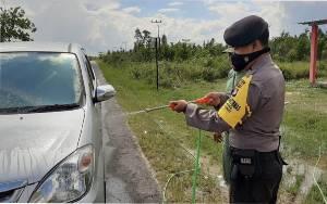 Bertamu ke Desa Kubu, Kendaraan Disemprot Desinfektan