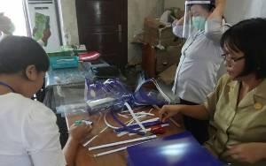 Minim APD Medis, RSUD Lamandau Produksi Pelindung Wajah dari ATK