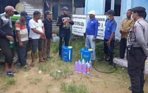 Anggota DPRD Kapuas Ini Bantu Warga Lakukan Penyemprotan Disinfektan