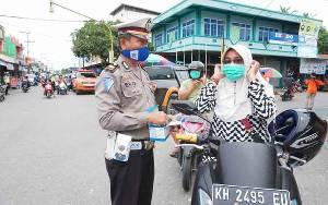 Satlantas Polres Barito Utara Bagikan Masker dan Sembako