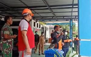 Warga Kecamatan Bukit Batu Jaga Jarak saat Pembagian DIsinfektan