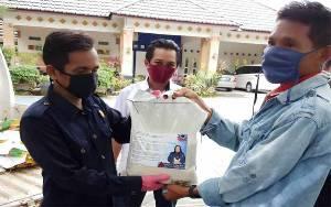 33 Porter Bandara Tjilik Riwut Dapat Bantuan Beras dari DPW Partai Nasdem Kalteng