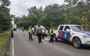 Anggota Satlantas Polres Pulang Pisau Tambal Jalan Demi Keselamatan Pengendara