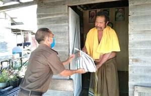 Kejati Kalteng Bagikan Ratusan Sembako kepada Warga Kurang Mampu