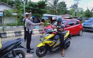Operasi Telabang, Satlantas Polres Barito Timur Bagi Masker Gratis
