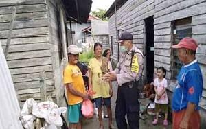 Bhabinkamtibmas Kelurahan Menteng Berikan Sembako kepada Warga Kurang Mampu