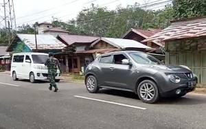 Anggota TNI dan Satpol PP Cegat Kendaraan Masuk Barito Timur