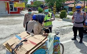 Ditlantas Polda Kalteng Lakukan Patroli Sambil Berikan Sembako Terdampak Covid-19