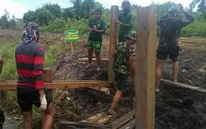 Personel Kodim 1011 Kuala Kapuas Jalin Kebersamaan Bersama Warga Lewat TMMD