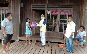 Partai Golkar Barito Timur Bantu Sembako Warga Kebanjiran di Desa Kalamus