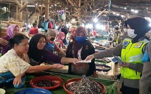 Ditlantas Polda Kalteng Sampaikan Imbauan Sekaligus Bagikan Masker di Pasar Besar