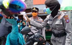 Polsek Pahandut Sampaikan Maklumat Kapolri dan Cek Suhu Tubuh Warga di Pasar