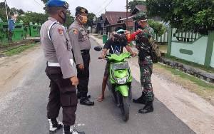 TNI-Polri di Kecamatan Hanau Kompak Bagikan Masker Untuk Masyarakat