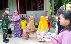 Personel TNI Polri di Gunung Mas Bersinergi Bagikan Sembako untuk Masyarakat Kurang Mampu