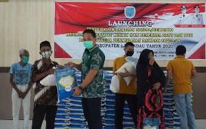 Bupati Hendra Lesmana Salurkan Sembako Gratis untuk Masyarakat Miskin Non Penerima BPNT dan PKH