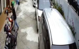 Nekat, Masuk Halaman Kantor Pencuri Helm Terekam CCTV