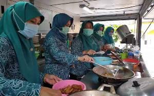 Ringankan Tugas Dapur Umum, PKK Sukamara Bantu Masak Siapkan Makan Warga Diisolasi