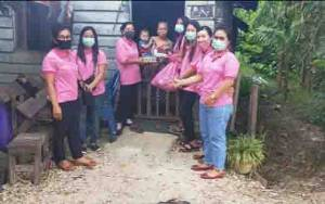 Komunitas Ibu Muda Gunung Mas Salurkan Bantuan Sembako untuk Warga Terdampak Covid-19