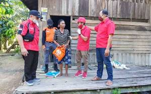 Prihatin Kondisi Warga, Anggota DPRD Seruyan Ini Bagikan Paket Sembako