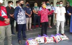 Agustiar Serahkan Berikan 2 Ton Beras dan 400 Paket Sembako ke Universitas Muhammadiyah Palangka Raya