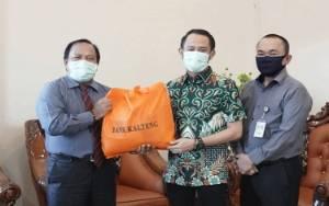 Wali Kota Palangka Raya Terima Bantuan Sosial untuk Masyarakat