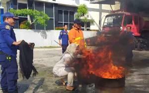 Antisipasi Kebakaran, Anggota Damkar Kobar Berikan Tips Aman Gunakan Kompor Gas
