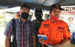 Posko Induk Gugus Tugas Covid-19 Kapuas Terima Stiker Imbauan Cegah Corona dari Polres