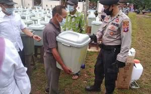 Anggota Polsek Mantangai Dampingi Pemerintah Desa Kaladan Jaya Bagikan Sejumlah Sarana Cegah Covid-19