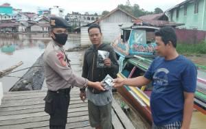 Anggota Polsek Murung Bagikan Masker dan Sampaikan Larangan Mudik