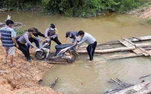 Jembatan Penghubung Kecamatan Marikit - Kecamatan Katingan Hulu Runtuh