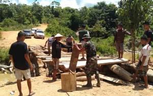 TNI Bersama Polri dan Warga Gotong Royong Bangun Jembatan Putus