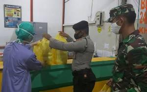 Polri - TNI Bagikan Nasi Sahur Seluruh Tenaga Medis Rumah Sakit di Palangka Raya