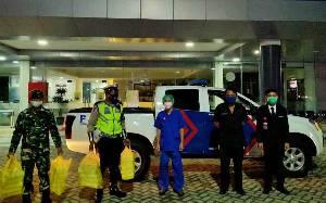 TNI Polri Kompak Bagikan Menu Sahur ke Tenaga Medis di Palangka Raya