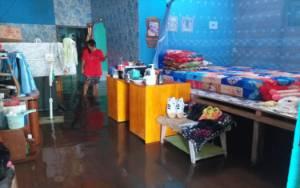 Meskipun Banjir, Warga Tetap Memilih Bertahan di Rumah